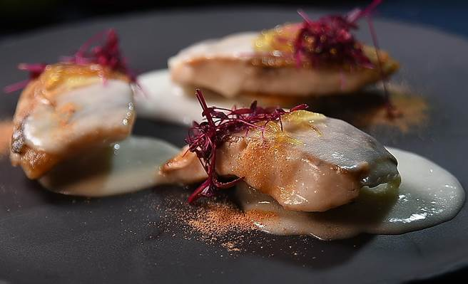 台北萬豪〈Garden Kitchen〉餐廳新任義籍主廚 Chef Vito料理手路多變,可詮釋傳統家鄉味,也可以演繹食尚,圖為〈現流鮮魚搭檸檬馬鈴署泡泡〉。(圖/姚舜)