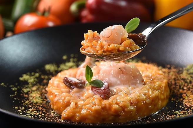 〈義式燉飯搭彩色番茄、布拉塔乳酪醬汁及生蝦韃靼〉以布拉塔起司增益風味,並用了牛番茄、聖女番茄和風乾番茄等3種不同的番茄,各司其職的增加色、香、味與口感。(圖/姚舜)