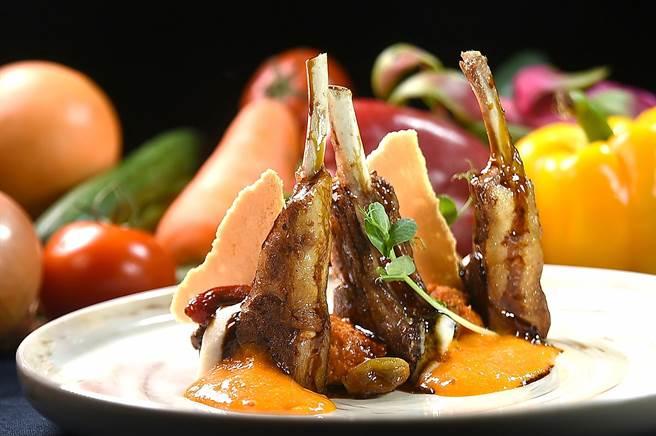 Chef Vito演繹的〈爐烤紐西蘭羊排〉是以用麵包、番茄、大量大蒜佐以橄欖油、鹽及胡椒熬煮的醬汁提味,傳遞佛羅倫斯經典風味。(圖/姚舜)