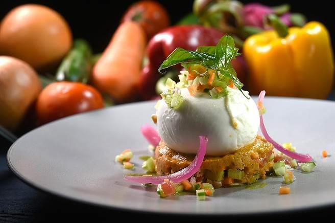 〈Panzanella〉是老麵包、番茄、羅勒、紅洋蔥、醋、芹菜、鯷魚與紅蘿蔔等切丁製成,又叫〈義大利麵包沙拉〉,Chef Vito用它搭配整顆莫札瑞拉起司呈現,是一道美味的國民料理。(圖/姚舜)