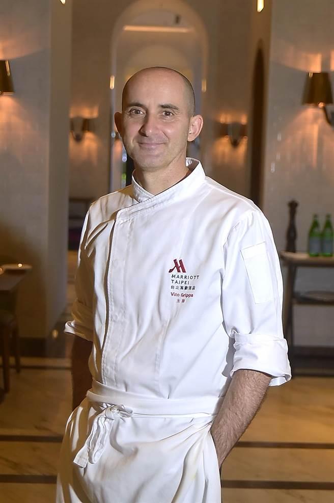 台北萬豪〈Garden Kitchen〉餐廳新任義籍主廚 Chef Vito,本是北京麗池酒店(Ritz Carlton)主廚,因為愛情來台,卻因疫情回不去了,所以決定留在台灣了。(圖/姚舜)