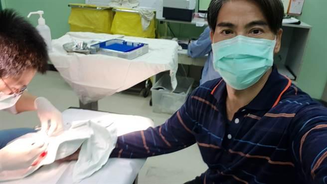 翁家明手指劃傷濺血,赴醫院縫合傷口。(民視提供)