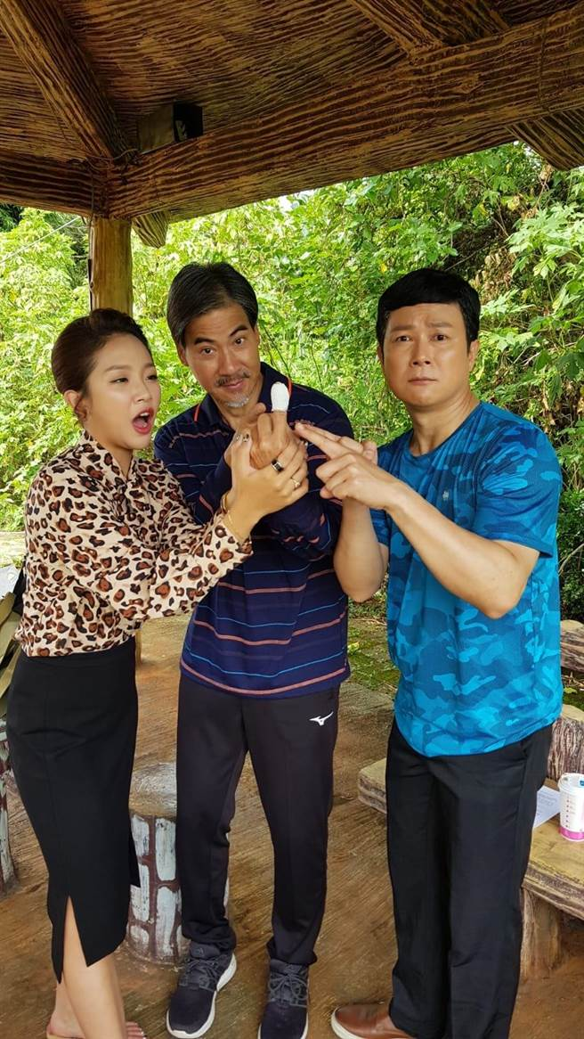 翁家明雖受傷但敬業地先跟王燦、賴慧如拍戲。(民視提供)