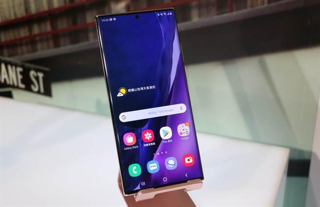 三星Galaxy Note20 Ultra搭載曲面6.9时O極限全螢幕。(黃慧雯攝)