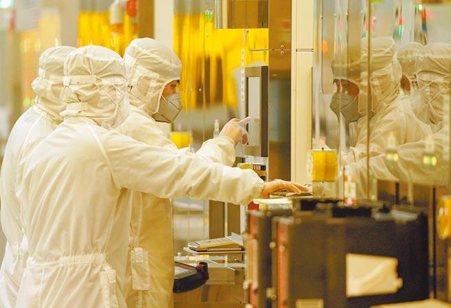 武漢新芯集成電路製造有限公司員工在檢測芯片製造設備。(新華社資料照片)