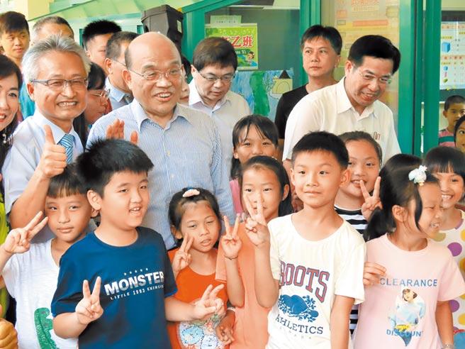 行政院長蘇貞昌(左2)7月7日赴台南市白河國小視察校舍改建成果,並宣布高中職以下教室都要裝冷氣。(本報系資料照片)