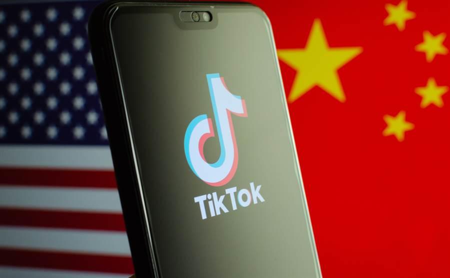 對於抖音國際版「TikTok」在英國業務未被微軟併購,外媒分析指出,可能是英國對TikTok審查不如美國「嚴格」,但也可能是英政府藉此修復中英關係。(示意圖/達志影像)