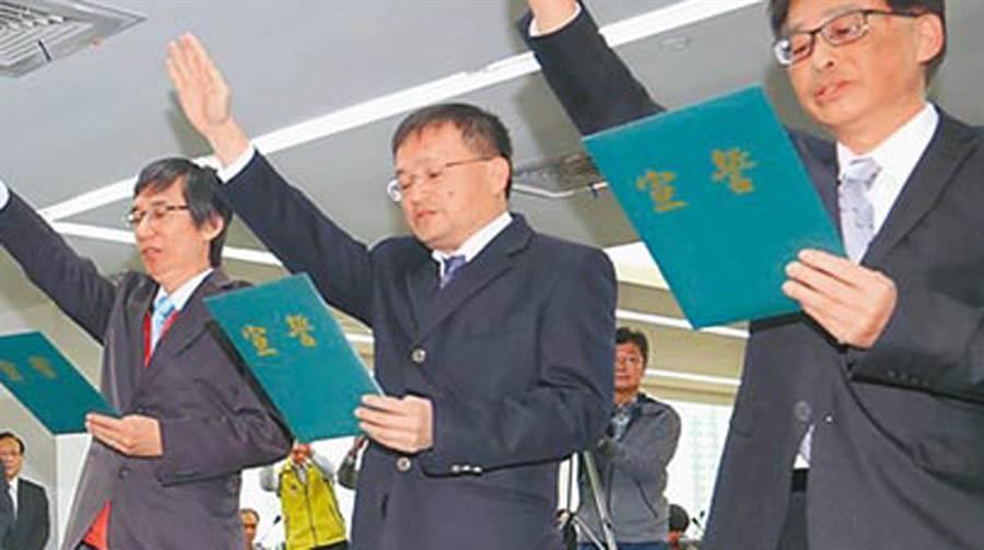 台南市衛生局長陳怡(中)被控與鄭姓已婚女秘書在車上偷情涉嫌妨害家庭獲不起訴。(本報資料照片)