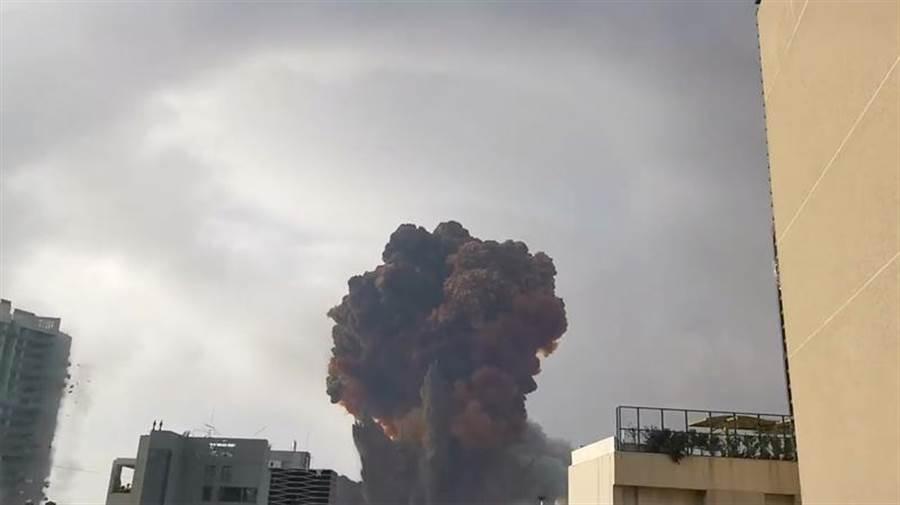 黎巴嫩首都貝魯特市中心港區4日發生大爆炸,現場驚見蕈狀雲,波及聯合國駐當地的維和部隊,據傳造成其船隻與多名人員受傷。(路透社)