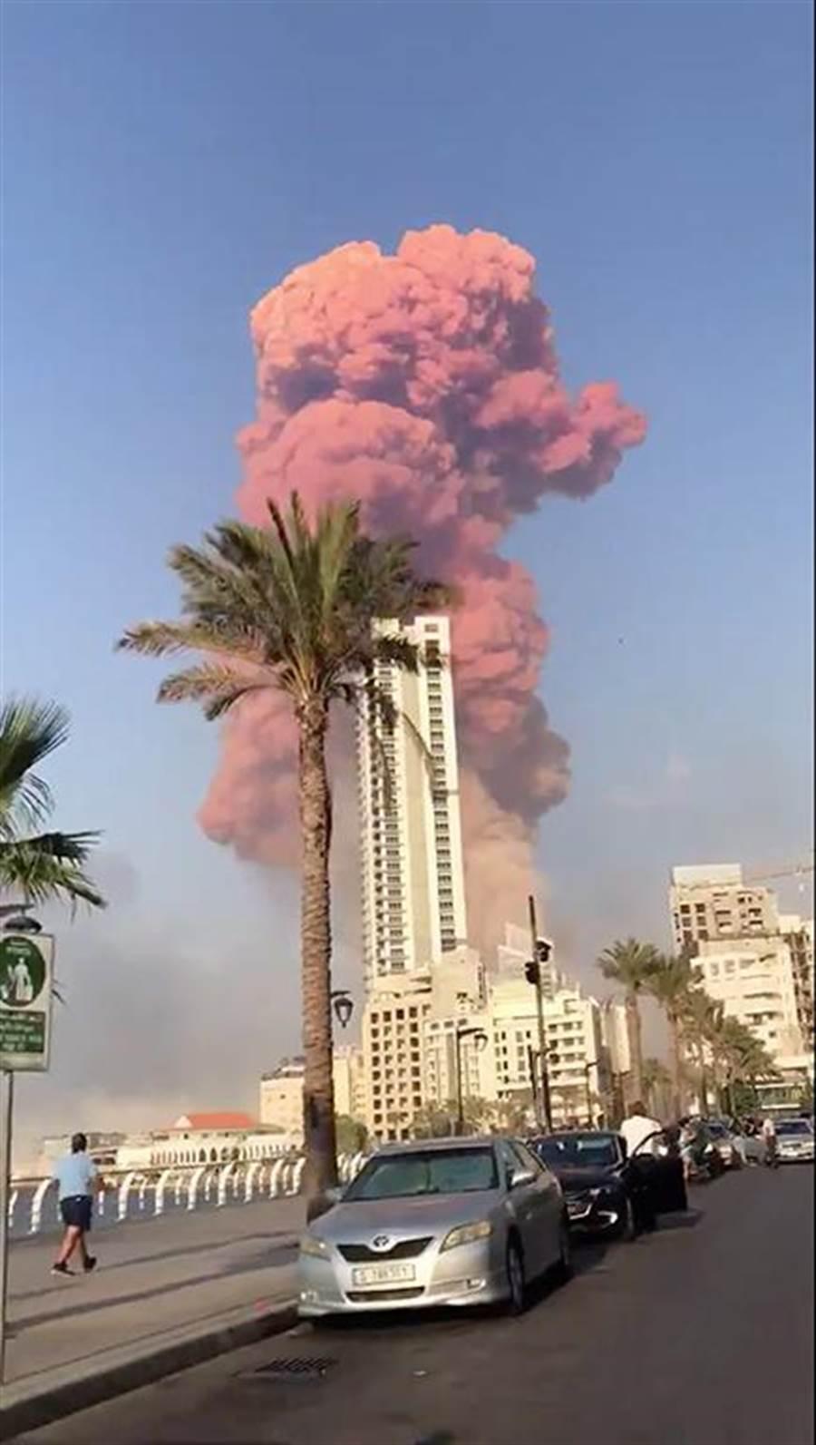 黎巴嫩首都貝魯特市中心港區4日發生大爆炸,現場驚見蕈狀雲,目前已造成4千人受傷,78死。(路透社)