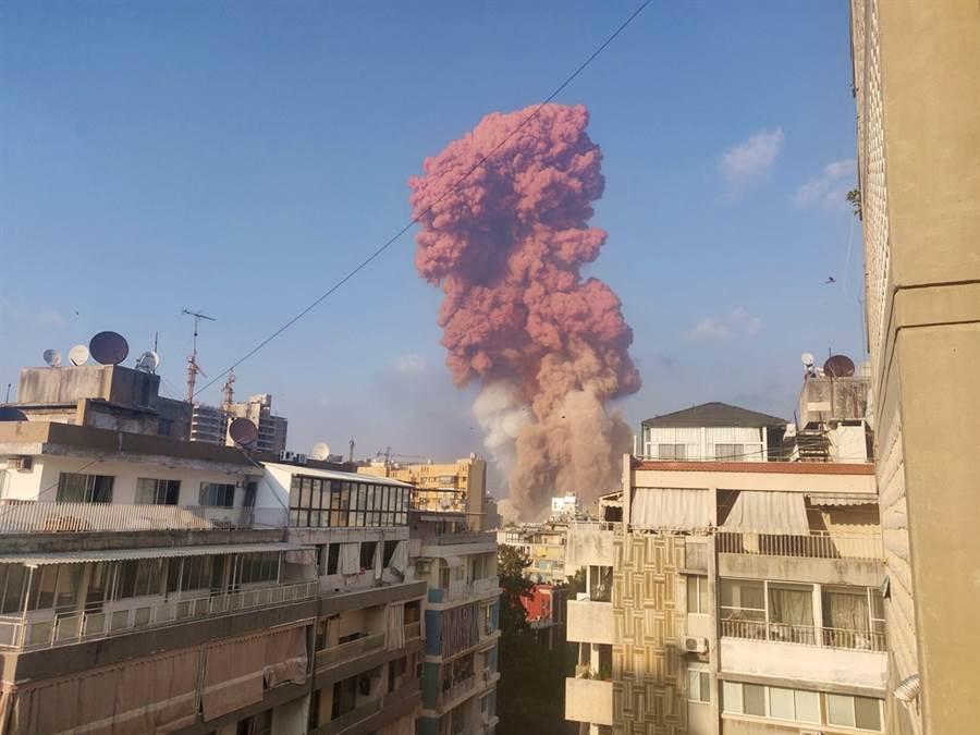 黎巴嫩首都貝魯特市中心港區一處倉庫內存放的易燃化學品硝酸銨4日發生爆炸,炸出一大片橘色蕈狀雲,據傳爆炸釋出部分有毒氣體,美國駐黎巴嫩大使館稍早已經發布安全警示,呼籲附近居民盡量不要外出及戴上口罩。(圖/路透社)