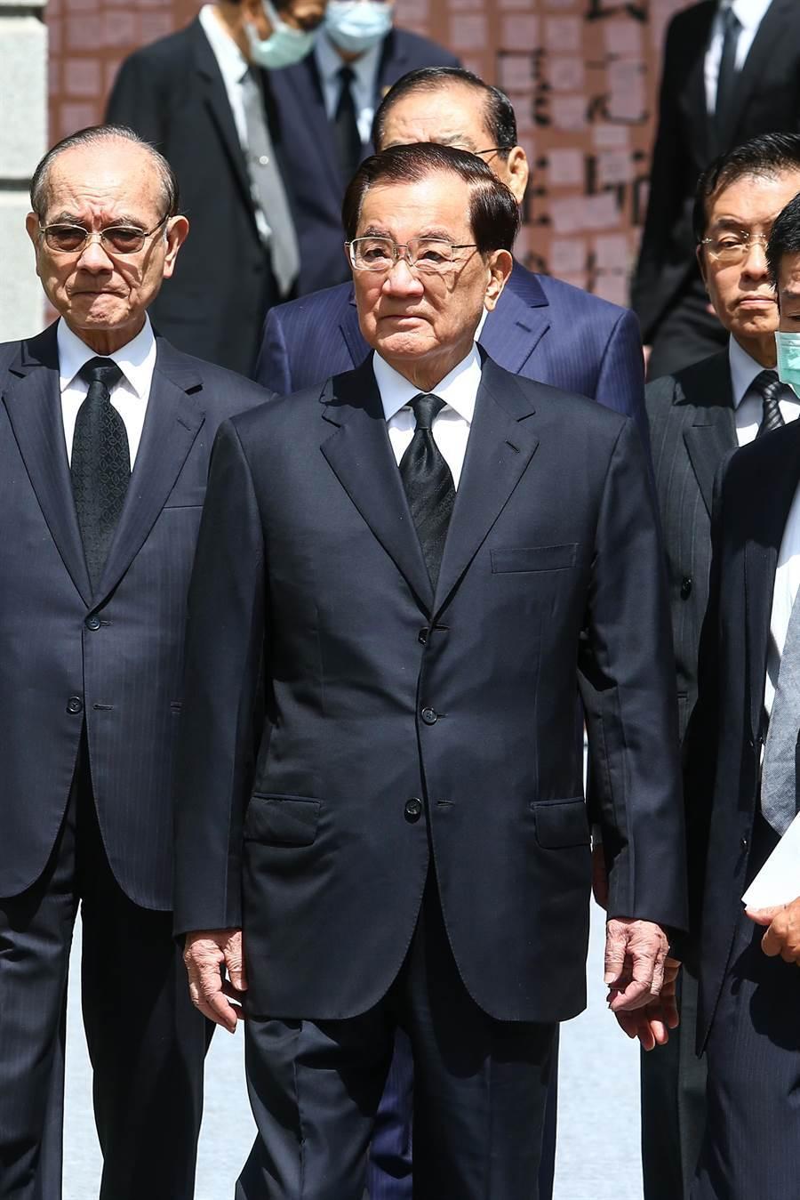前副總統連戰5日到台北賓館追思前總統李登輝。他受訪時表示,李登輝主持國政12年,是台灣轉型的一個時刻,對於台灣民主自由、社會和經濟的發展都有很多很重大的貢獻,「我們都會常存在我們的心頭」。(鄧博仁攝)