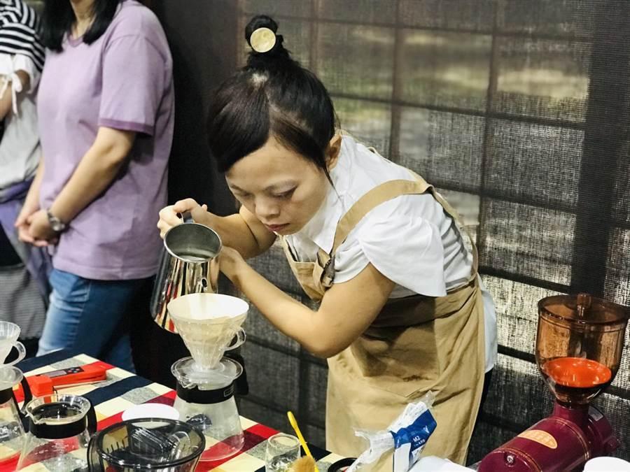 林佳箴出生不久即摔傷眼睛,但仍苦學咖啡,成為首位考取英國國際咖啡師證照的台灣視障者。(張穎齊攝)
