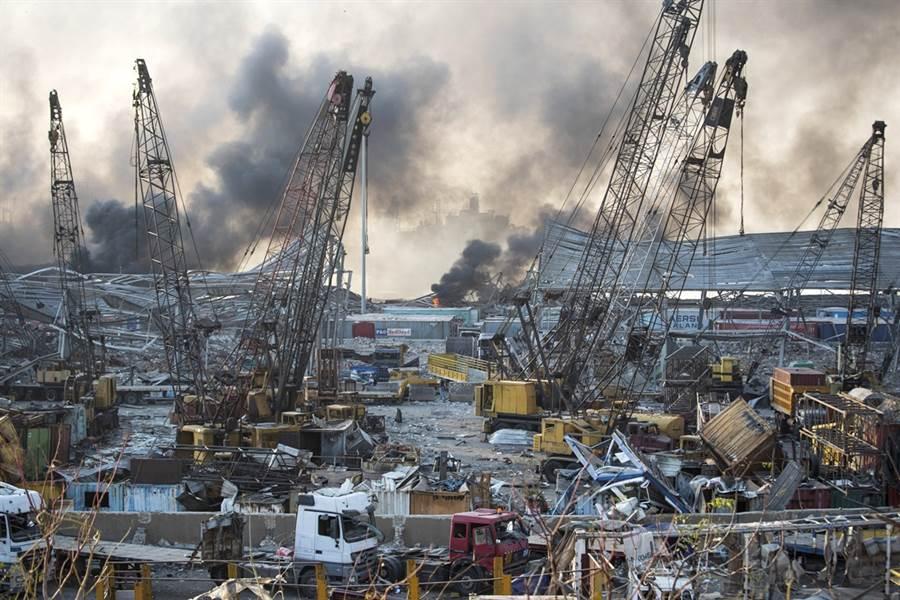 黎巴嫩貝魯特4日化學品大爆炸後造成的殘骸。(圖/美聯社)