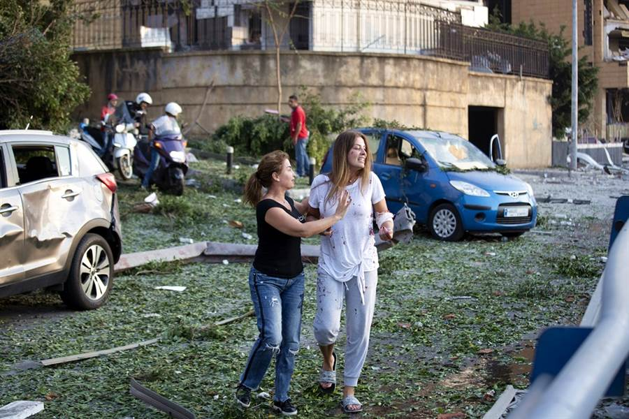 黎巴嫩首都貝魯特街上有許多頭部、衣服沾血的居民。(圖/美聯社)