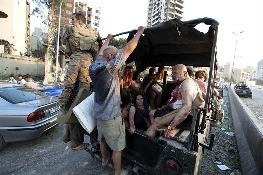 貝魯特大爆炸造成逾4,000人受傷,傷者被集體送往醫院治療。(圖/美聯社)