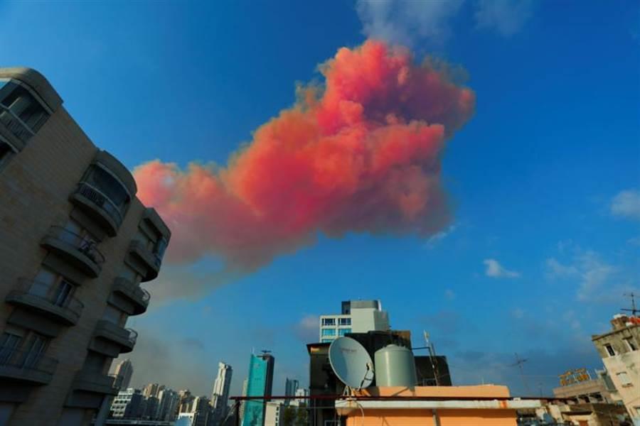 黎巴嫩首都貝魯特市中心港區4日發生大爆炸,現場驚見蕈狀雲,全市都感受到震波。(路透社)