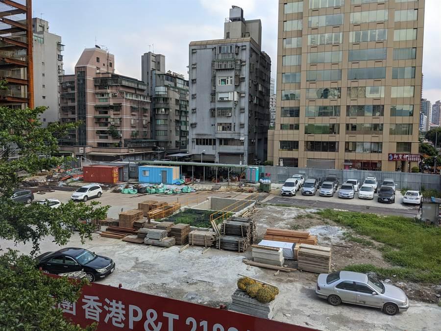 台北市上半年開工量共5,549宅,年增3.2%,圖為「宏國大道城」工地。(葉思含攝)