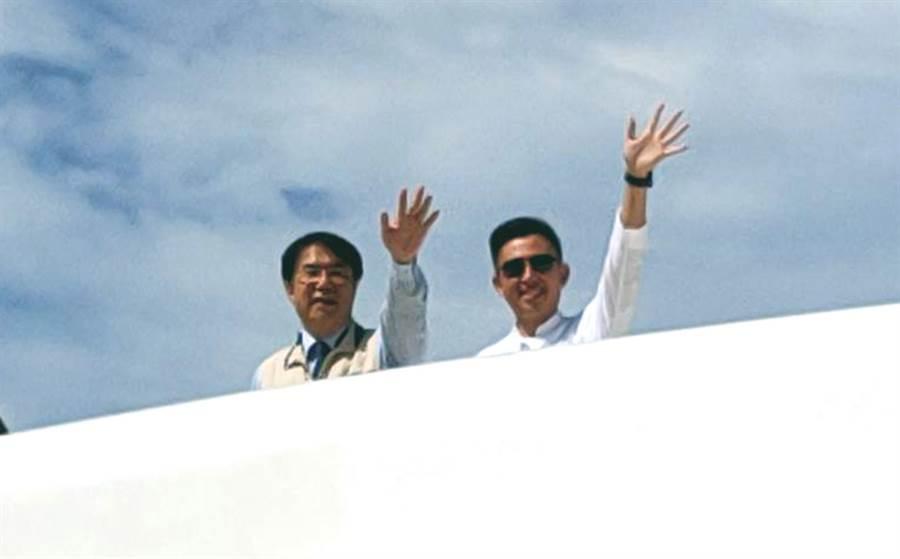 台南市長黃偉哲邀請新竹市長林智堅搭遊艇參觀安平港區。(洪榮志攝)