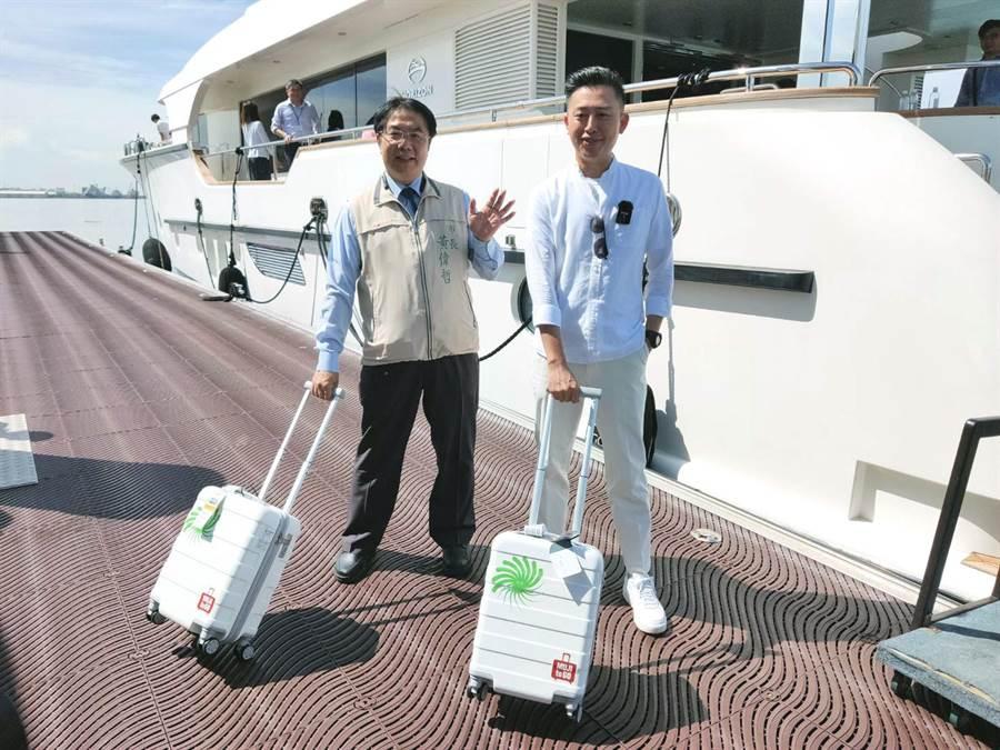 台南市長黃偉哲與新竹市長林智堅一起以手提登機箱展現check in新竹的設計展主軸概念。(洪榮志攝)