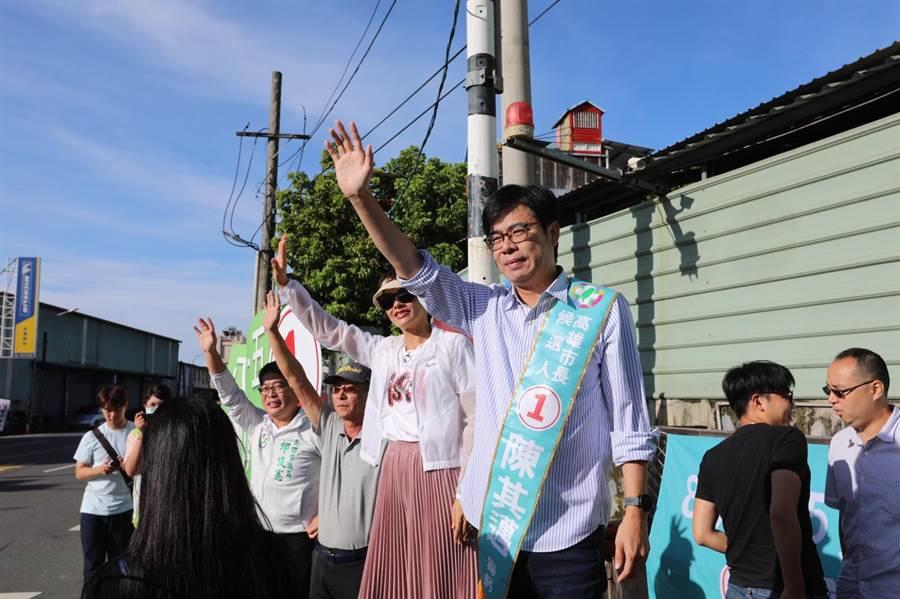 民進黨高雄市長候選人陳其邁5日在黨籍立委邱議瑩陪同下,一大早7時20分於大樹、大社及燕巢區站路口、向路過民眾拜票。(林雅惠攝)
