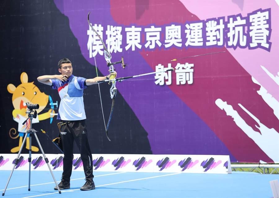 湯智鈞在模擬奧運對抗賽射箭個人賽摘下金牌。(國訓中心提供)