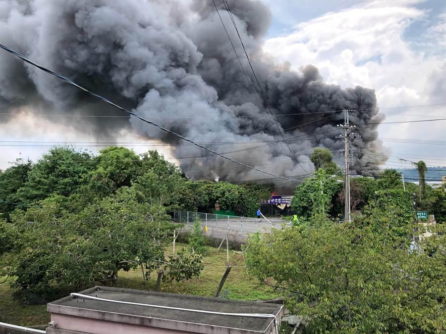 台中新社1棟鐵皮廠房失火,廠內一堆方大量易燃物悶燒,濃煙驚人。(民眾提供/王文吉台中傳真)
