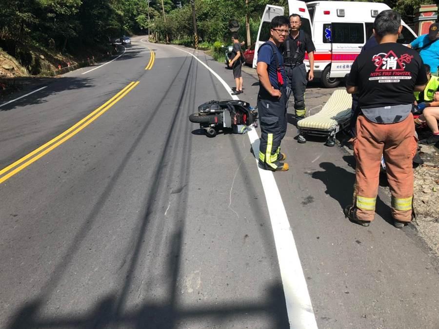 賴姓女騎士全身摔傷,所幸當時後方沒來車,未釀成嚴重追撞。(許家寧翻攝)