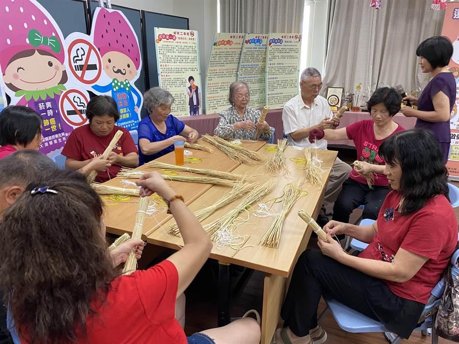 大湖鄉衛生所5日邀請樂齡中心講師,教導銀髮族自製稻香雙節棍。(巫靜婷攝)