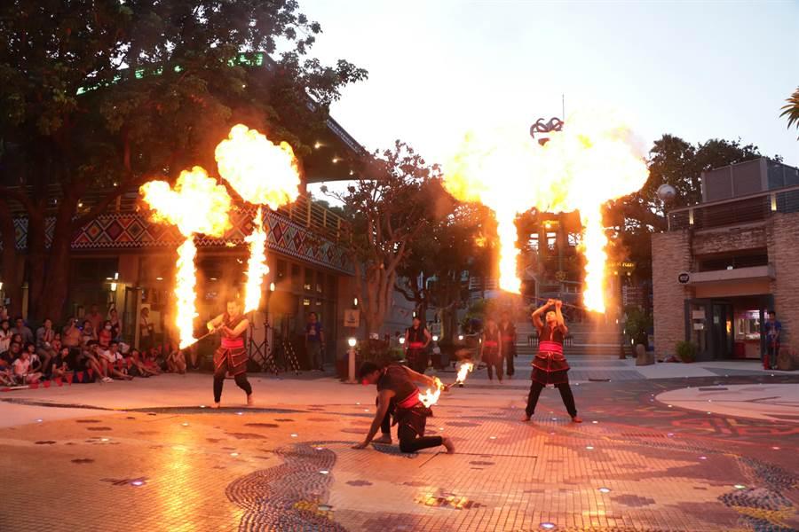 麗寶樂園月光票開賣,除了玩樂園還能欣賞夜間秀、璀璨煙火、火舞表演。(王文吉攝)