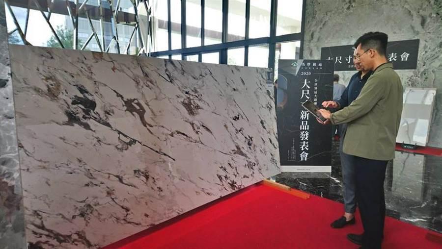 (義大利進口大尺寸薄板磁磚,一整片最長可達320cm、需要6個人同時搬運。圖/曾麗芳)