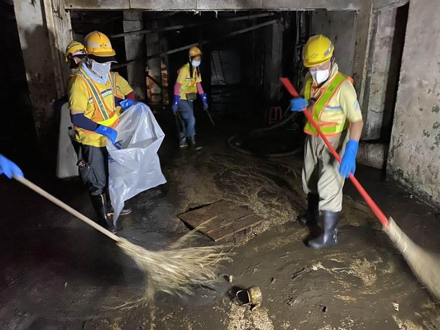 今早12名環保局人員會同信義區公所人員前往現場,清除廢棄物並進行全面消毒。(台北市環保局提供/陳彩玲台北傳真)