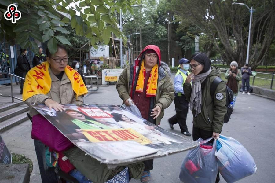 原民歌手巴奈.庫穗(中)在228公園搭帳棚抗議挨罰,提告救濟抗罰成功。(資料照/黃子明攝)