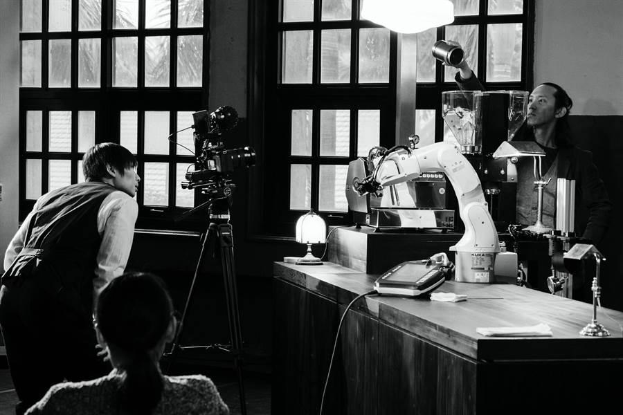 編舞家黃翊,預計打造定目劇《機器人咖啡館》,讓觀眾走進咖啡店看表演,周邊有真人舞者和機器人,化身成店員泡咖啡。(許斌攝,黃翊工作室+提供)