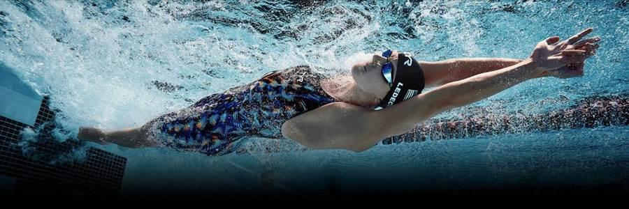 美國金牌女將蕾德基頭頂牛奶游完25公尺,神乎其技讓400萬人看傻 (圖/翻攝自蕾德基推特)