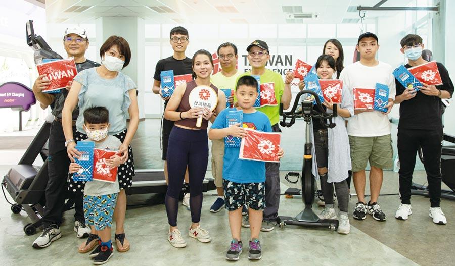南港「台灣精品館」8月1日提前慶祝父親節,辦理「父愛健康動次動」健身體驗營,報名踴躍。圖╱外貿協會提供