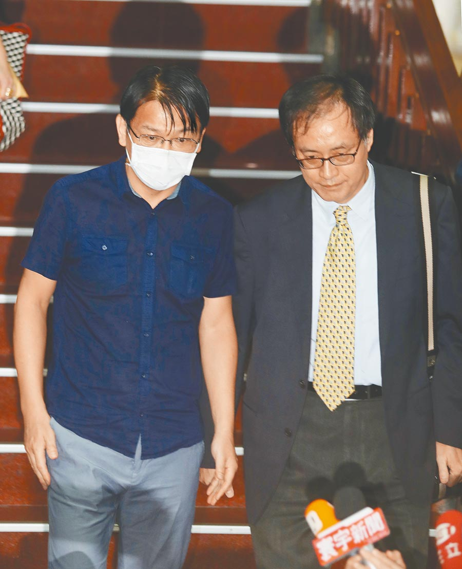 前時力黨主席徐永明昨傍晚神情疲憊離開北院。(陳怡誠攝)