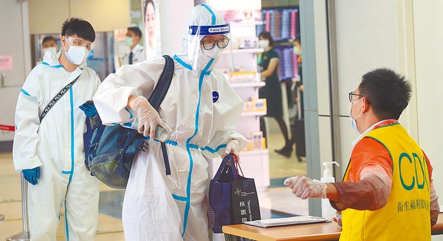 圖為桃園機場入境管制區內,身穿防護衣搭機抵台的旅客,正在查驗健康聲明書。(本報資料照片)