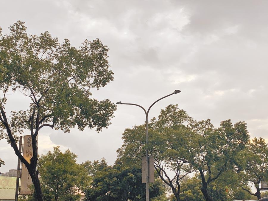 桃園市部分路燈未納管成黑燈。(黃婉婷攝)