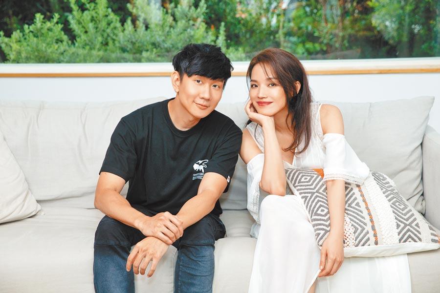 林俊傑(左)〈無濾鏡〉MV請到舒淇擔任女主角。(華納音樂提供)