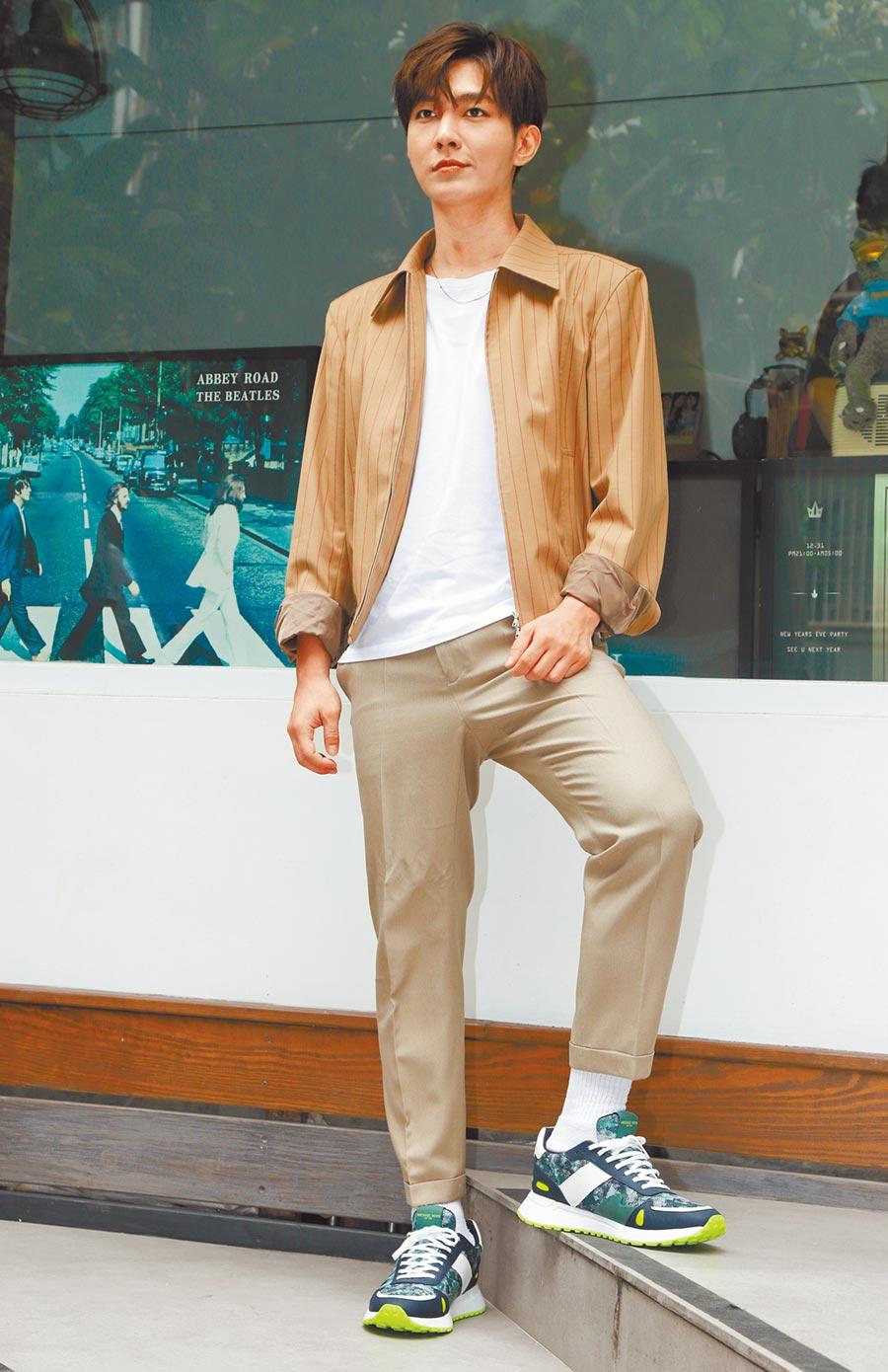 炎亞綸出席活動時,身穿夏季清爽造型配Michael Kors迷彩運動鞋,一雙8500元。(CFP)