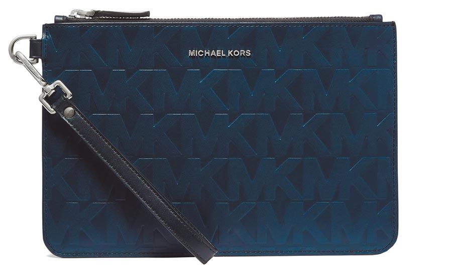 Michael Kors父親節MK皮革浮雕Logo手拿包,6300元。(Michael Kors提供)