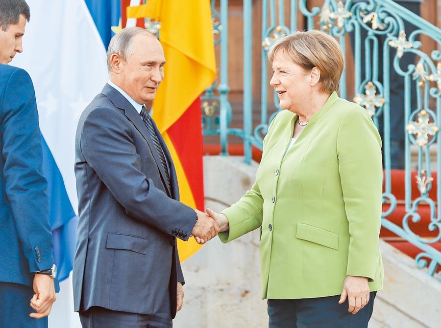 德國總理梅克爾(右)與俄羅斯總統普丁,就「北溪-2」天然氣管道項目等問題進行討論。(新華社資料照片)