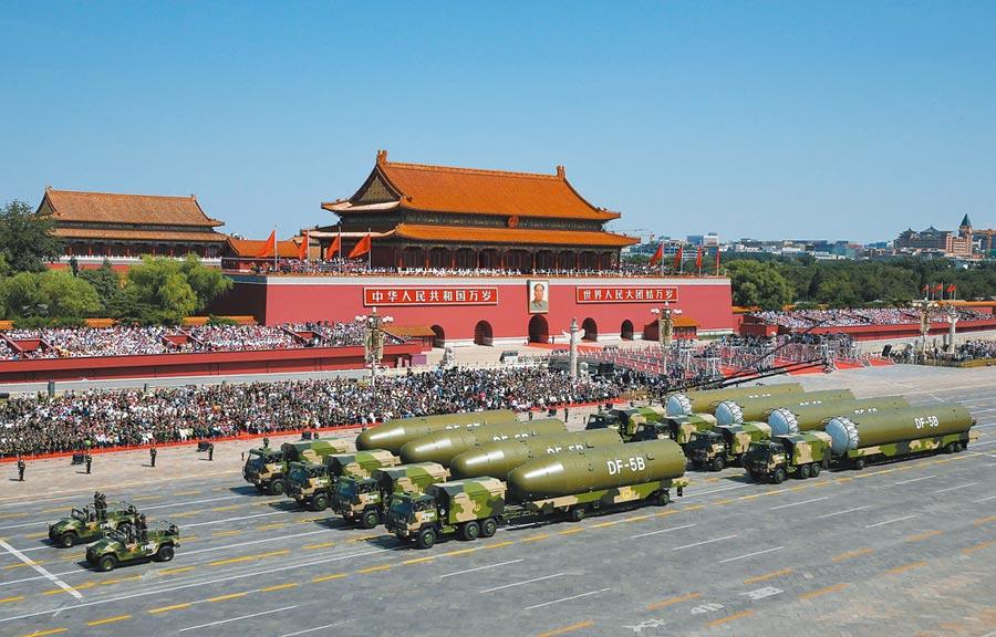 2015年9月3日,紀念抗戰勝利70周年大會在北京舉行,核導彈第二方隊通過天安門廣場。(新華社)