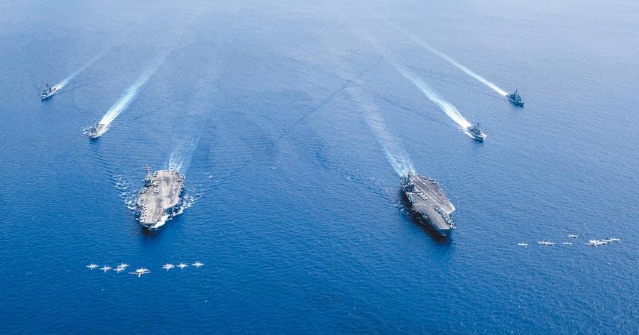 7月6日,美軍「尼米茲」號航母和「雷根」號航母,在南海進行雙航母演習。(取自美國海軍官網)