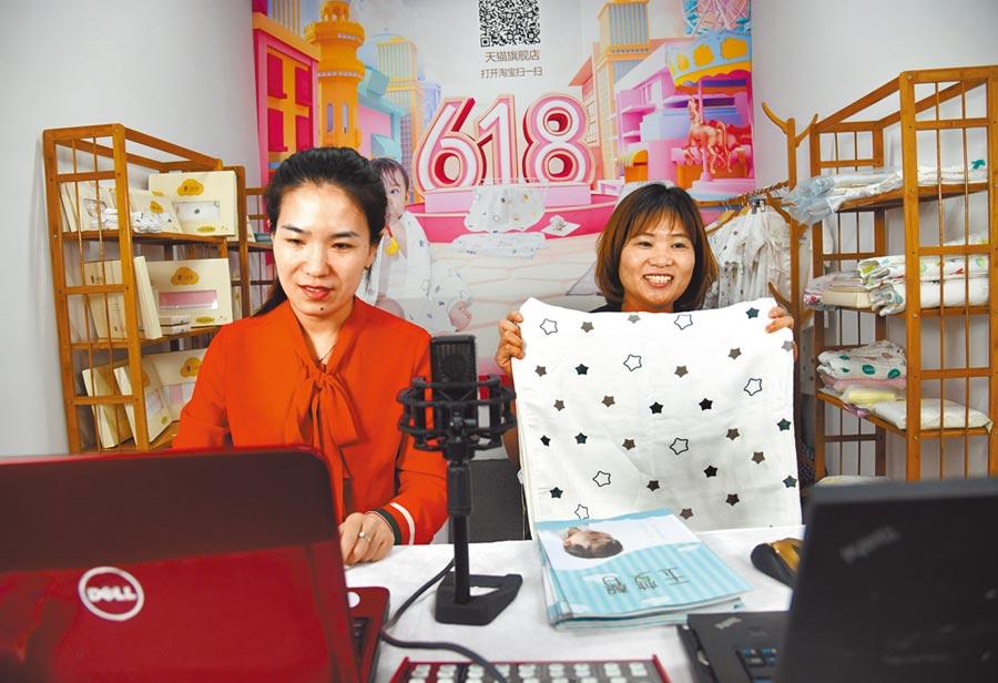 青島布建直播電商基地助力新消費升級,6月18日,工作人員在直播電商基地工作間推銷產品。(新華社)
