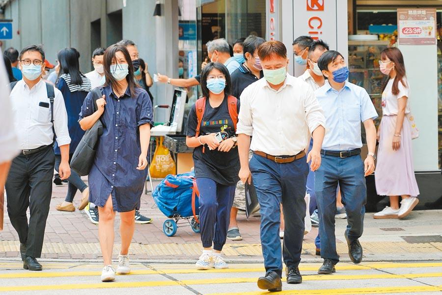 8月4日,香港市民戴口罩出行。(中新社)