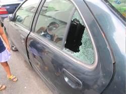 街友缺錢路邊撿石打破車窗行竊  12車遭毀損居民暴怒
