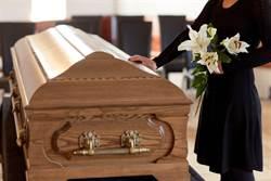 夫染新冠肺炎死 妻憤怒刊登訃聞「詛咒所有人」