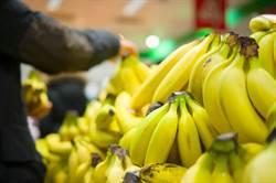 超市香蕉區驚見褐色巨物 咬一口「一柱擎天」4小時